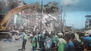 Zeitungsfoto zeigt die Zerstörung in Pedernales