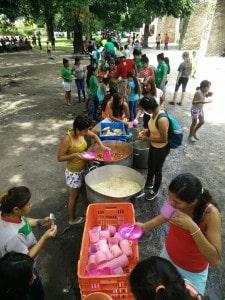 Mexiko, Kinderdorf, Mahlzeit im Freien - Foto: nph